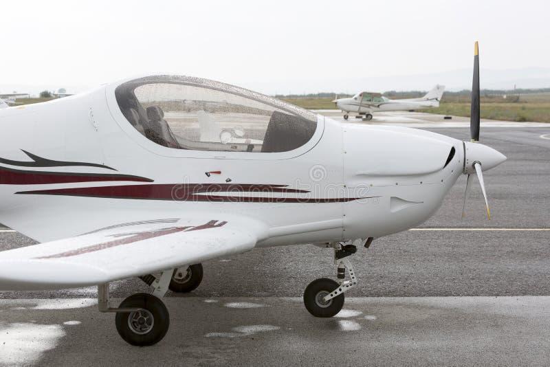 Litet två-placerat propellerflygplan arkivfoto
