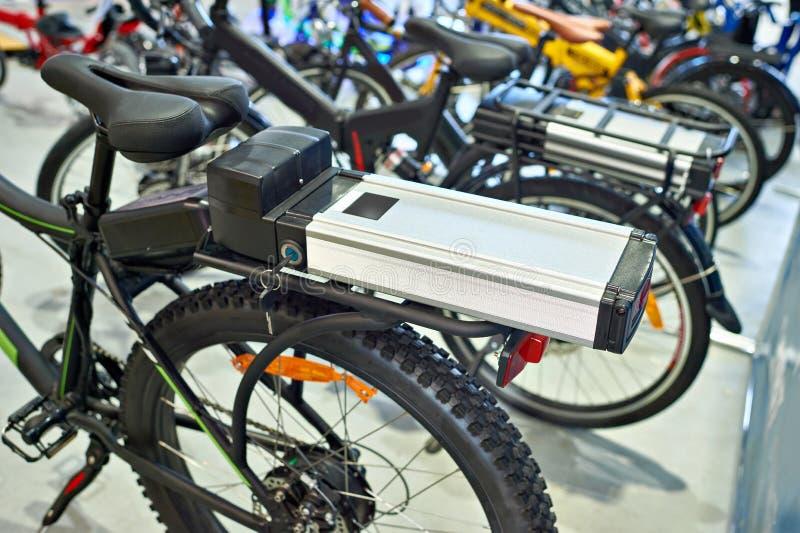 Lithium-ionenbatterij op de drager van de fietsbagage royalty-vrije stock foto