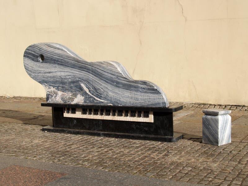 Lithuania Dekoracyjna ławka w postaci uroczystego pianina w Klai zdjęcia royalty free