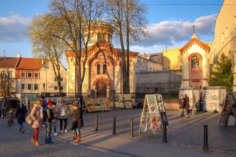 lithuania vilnius 30 April 2017 Gatakonstnärer säljer deras målningar i den gamla staden royaltyfri foto