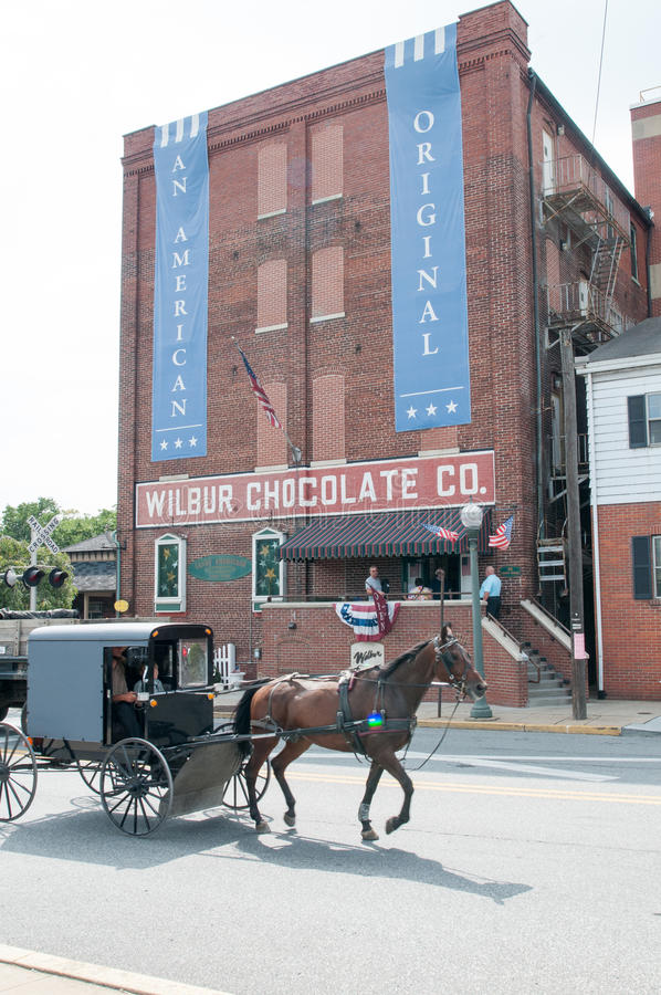 LITITZ, PA - 30 DE AGOSTO: A equitação do cavalo e do carrinho de Amish após Wilbur Chocolate Company famoso sedia na rota 501 imagem de stock royalty free