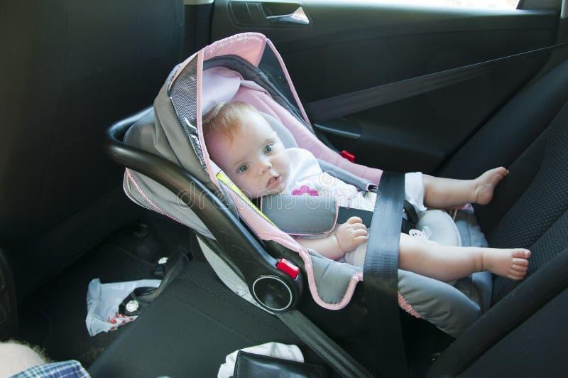 Litle Mädchen im Autositz stockbild