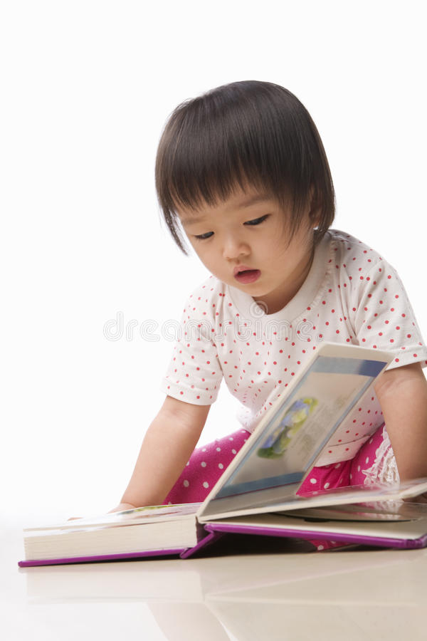 Litlle Kind-Lesebuch lizenzfreies stockfoto