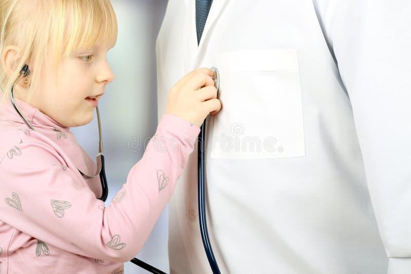Litllemeisje speelarts met stethoscoop stock foto's