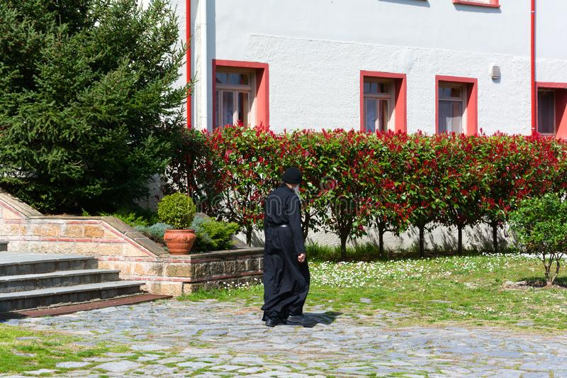 LITOCHORO, ΕΛΛΑΔΑ - 12 ΑΠΡΙΛΊΟΥ 2015: Ένας μοναχός στο μοναστήρι Αγίου Dionysius του υποστηρίγματος Olympus, Litochoro, Ελλάδα στοκ εικόνες με δικαίωμα ελεύθερης χρήσης