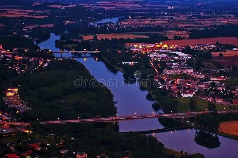 Litomerice, república checa - 3 de julho de 2017: Ponte do general Chabera e ponte de Tyrs sobre o rio europeu Labe entre Litomer fotografia de stock