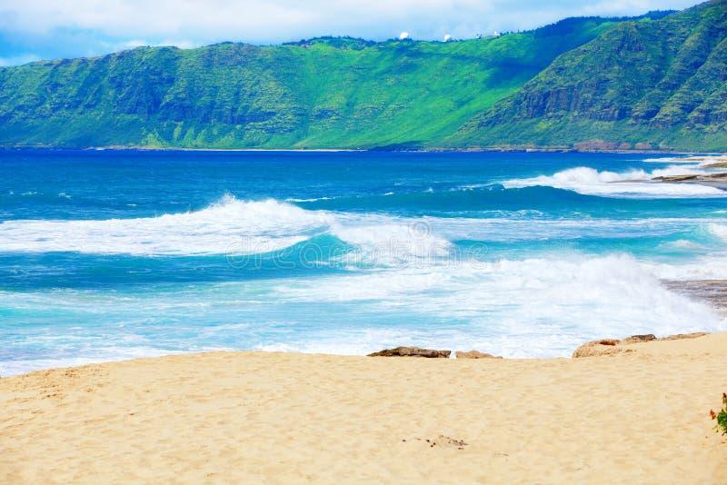 Litoral bonito do oceano de Havaí, ondas que deixam de funcionar na praia imagens de stock