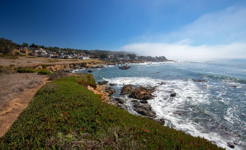 Litoral central áspero de Califórnia em Cambria Califórnia EUA fotografia de stock royalty free