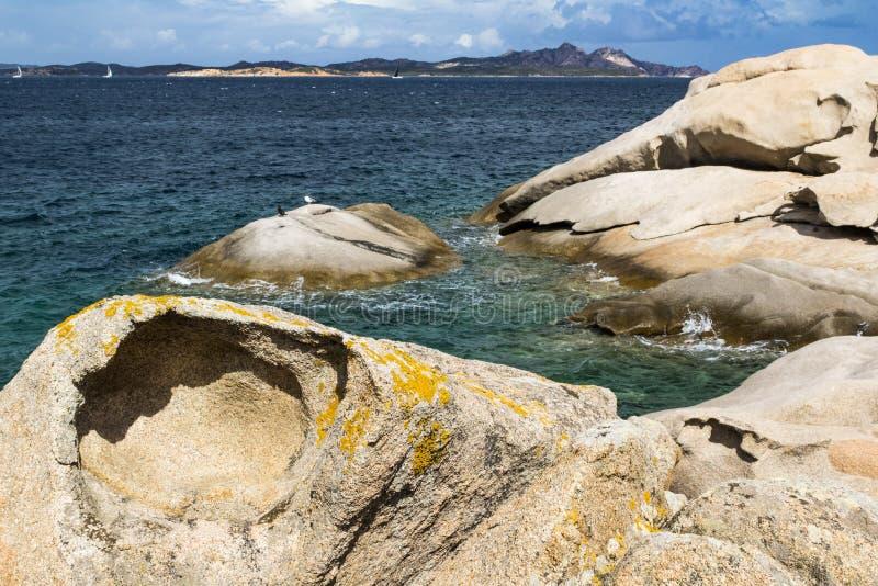 """Litoral colorido do granito & Isola Caprera com †""""Baia Sardinia do céu azul, Costa Smerelda, Sardinia, Itália imagens de stock royalty free"""