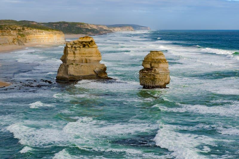 Litoral com as pilhas no oceano, doze apóstolos, Austrália, nivelando a luz em apóstolos da formação de rocha doze imagens de stock