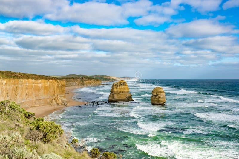 Litoral com as pilhas no oceano, doze apóstolos, Austrália, nivelando a luz em apóstolos da formação de rocha doze fotos de stock royalty free