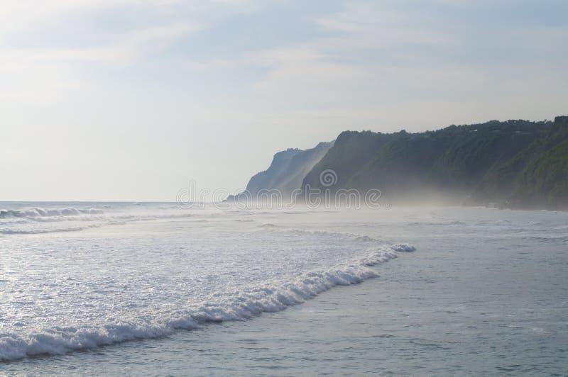 Litoral da praia de Melasti em Bali, Indonésia foto de stock