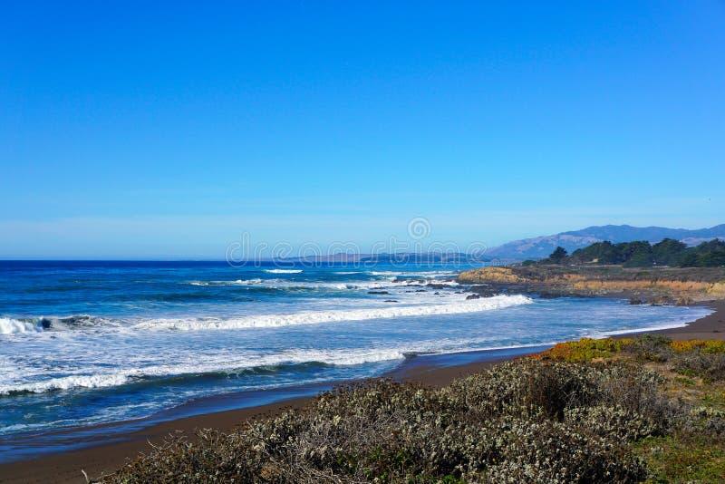 Litoral de Califórnia um pouco ao sul de San Francisco fotos de stock