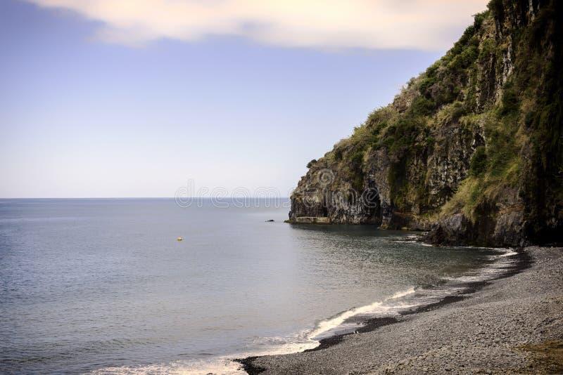 litoral de madeira com oceano e rochas foto de stock