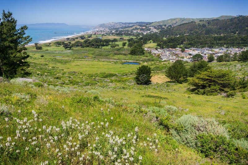 Litoral de Pacifica e campo de golfe afiado do parque como visto da parte superior de Mori Point, Califórnia imagem de stock royalty free