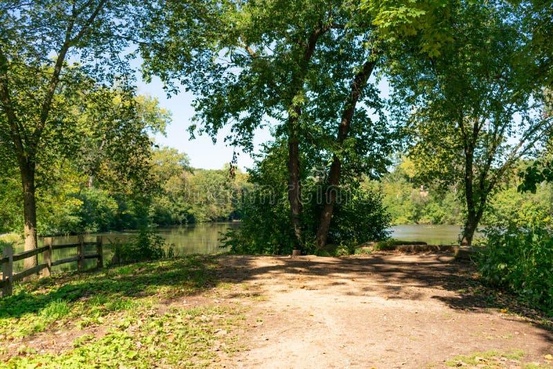 Litoral de Salar Creek en roble Brook Illinois durante el verano imagen de archivo libre de regalías