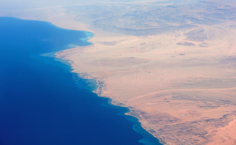 Litoral do deserto e do mar fotos de stock