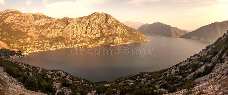 Litoral do mar, vista à cidade cercada por montanhas imagem de stock royalty free