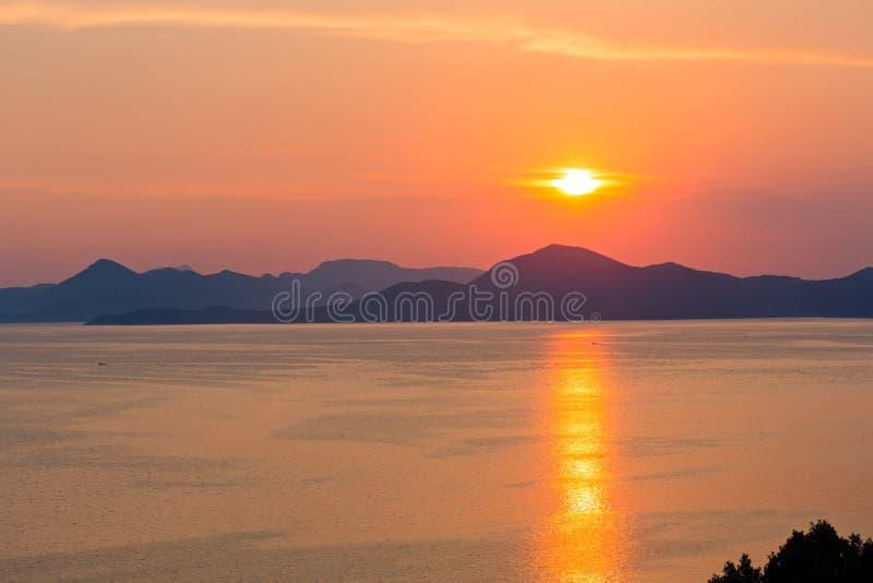 Litoral do por do sol do verão (Croatia) foto de stock