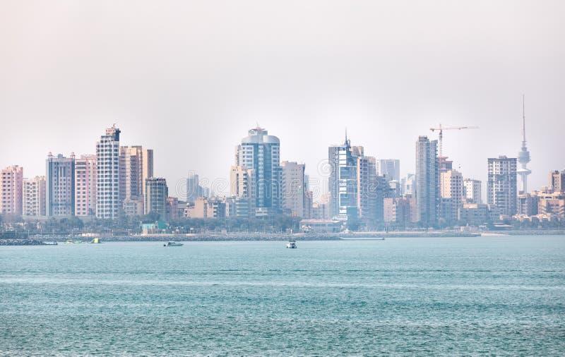Litoral e skyline do ` s de Kuwait imagens de stock