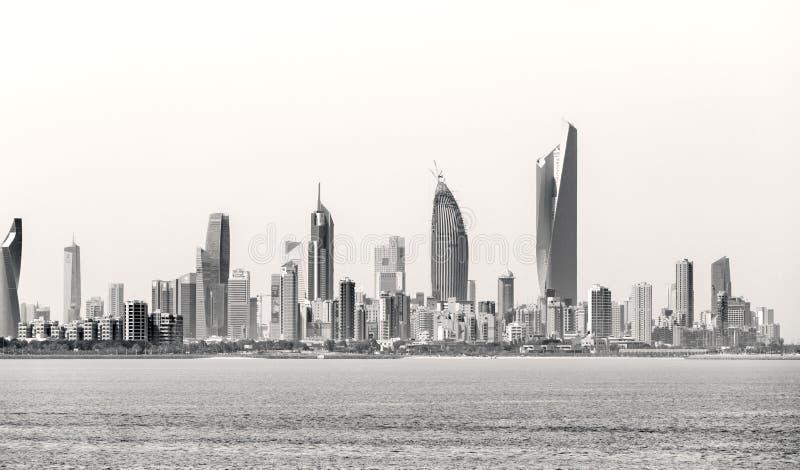 Litoral e skyline do ` s de Kuwait fotografia de stock
