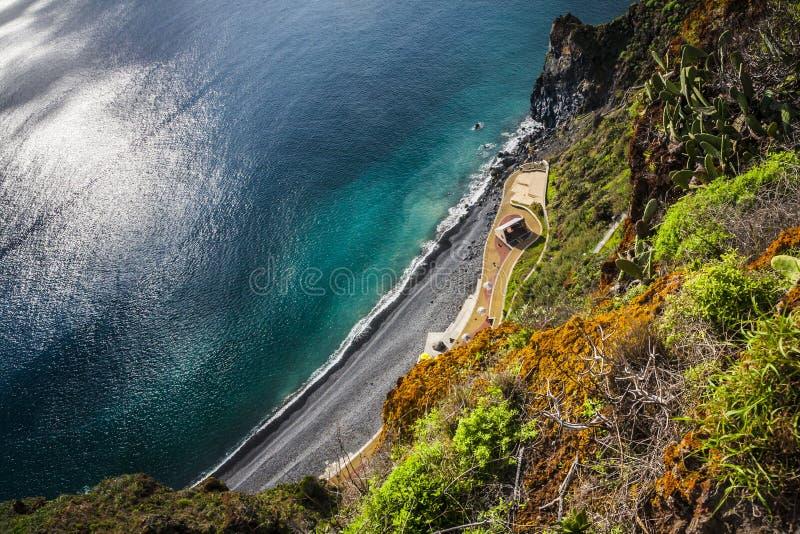 Litoral e vista para o mar perto da cidade de Funchal, ilha de Madeira, Portugal fotografia de stock