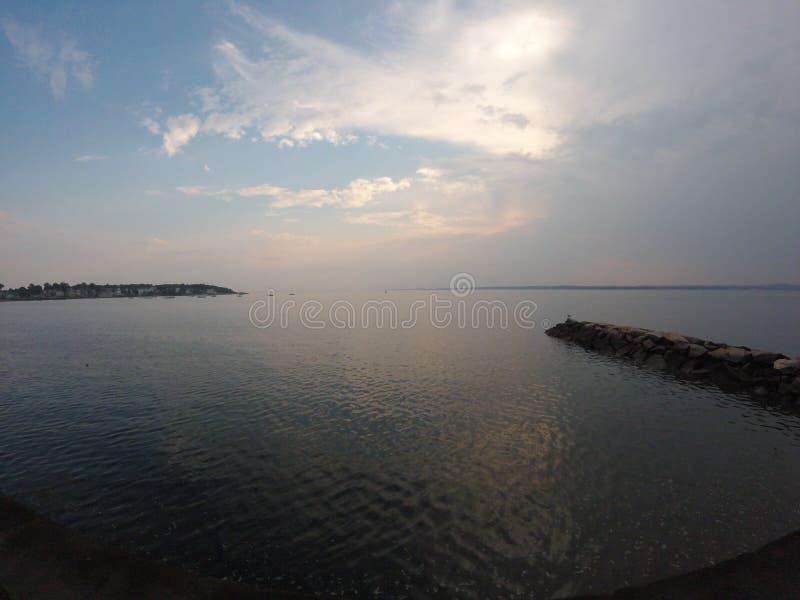 Litoral escondido do oceano com um cais rochoso fotografia de stock royalty free