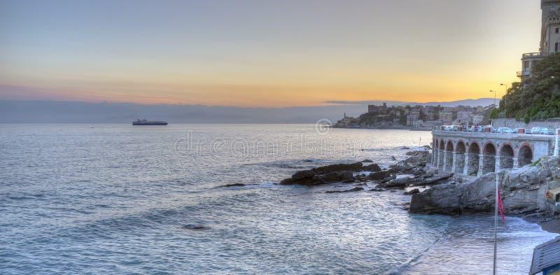 Litoral Ligurian, Genoa, panorama do por do sol Imagem da cor imagens de stock