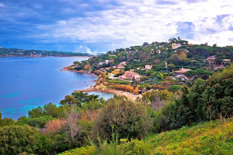 Litoral luxuoso de Saint Tropez e opinião verde da paisagem, destino famoso do turista em riviera francês foto de stock royalty free