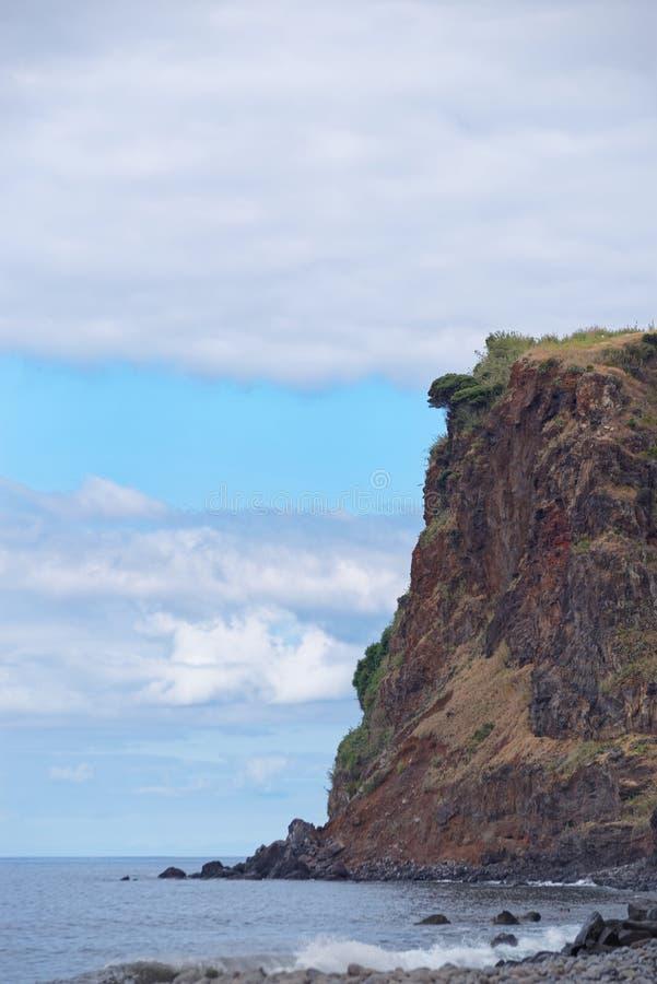 Litoral rochoso áspero alto em Calheta Ilha de Madeira, Portugal imagem de stock