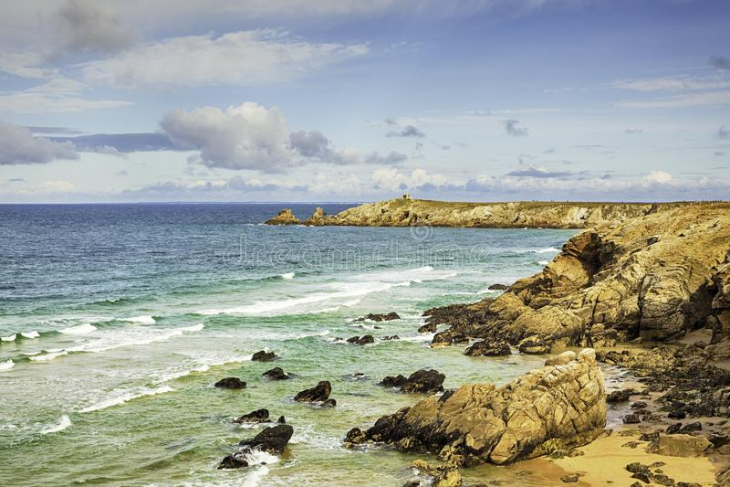Litoral rochoso da península de Quiberon, Brittany, França fotografia de stock royalty free