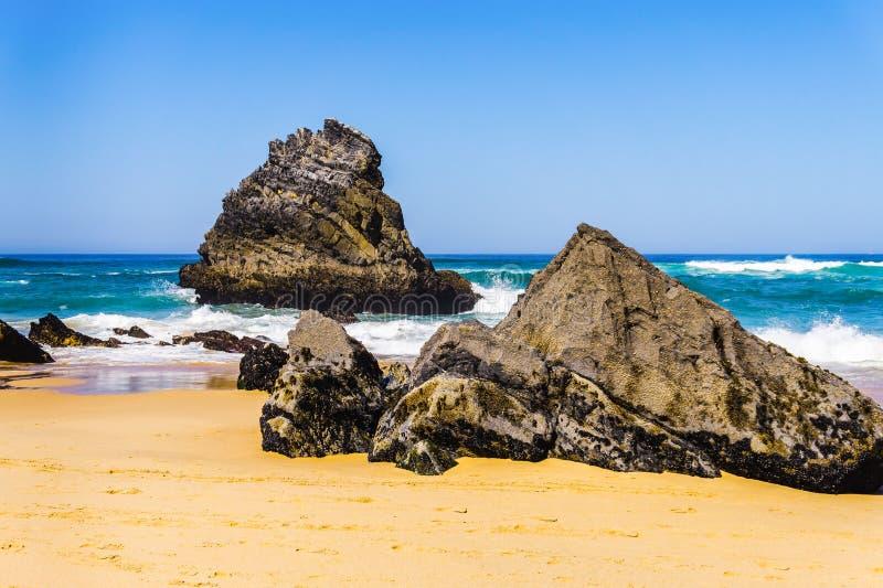 Litoral rochoso de Oceano Atlântico da praia de Adraga Portugal' costa rochosa de s fotos de stock royalty free