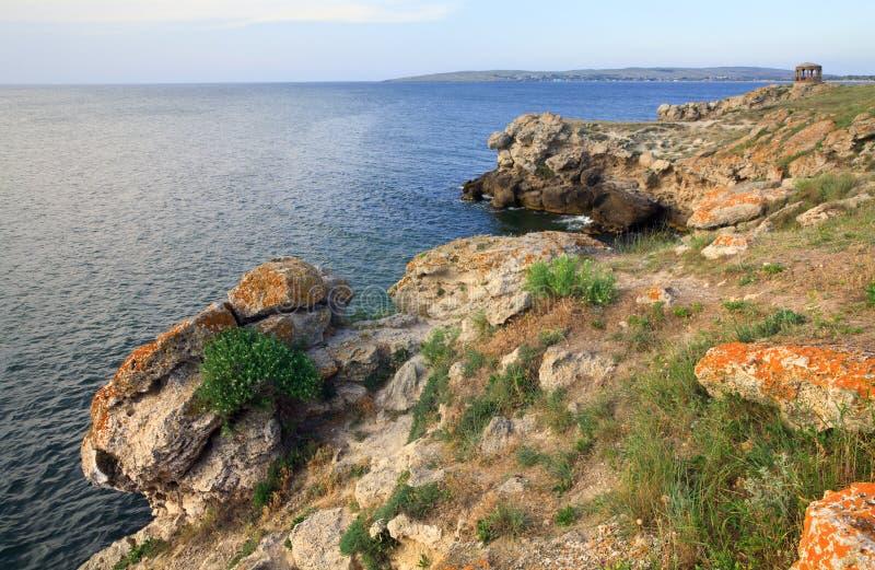 Download Litoral rochoso do verão foto de stock. Imagem de rocha - 12807672