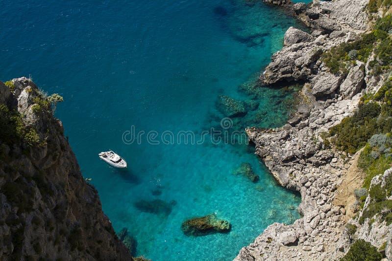 Litoral rochoso, ilha de Capri (Itália) fotografia de stock royalty free