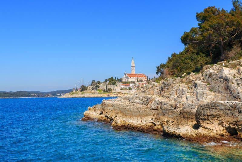 Litoral rochoso na península de Istrian no mar de adriático imagens de stock royalty free