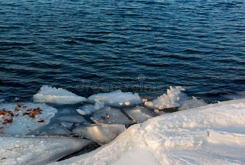 Litorale congelato del ghiaccio sopra il mare Formazioni di ghiaccio alla costa S immagine stock libera da diritti
