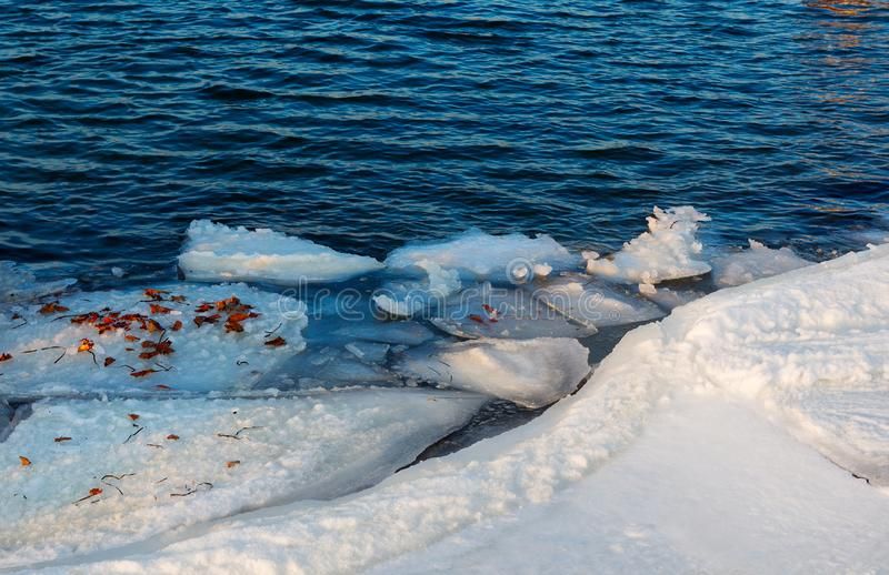 Litorale congelato del ghiaccio sopra il mare Formazioni di ghiaccio alla costa S fotografie stock