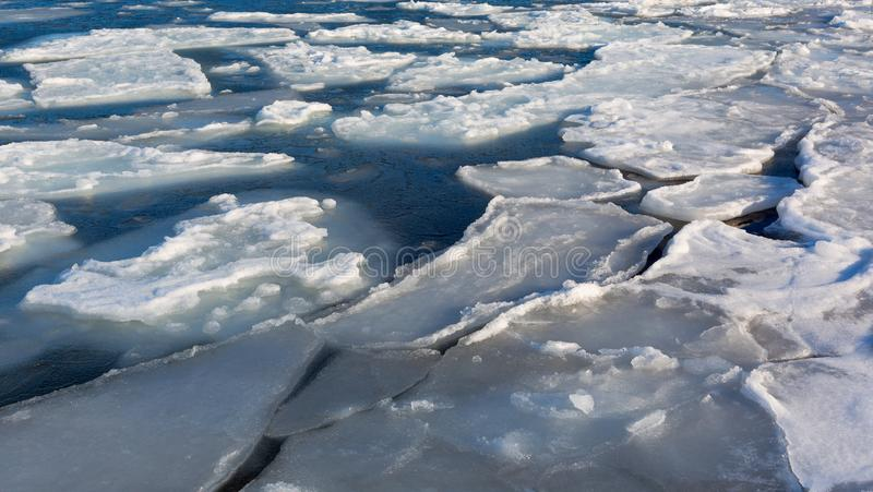 Litorale congelato del ghiaccio sopra il mare Formazioni di ghiaccio alla costa S fotografia stock