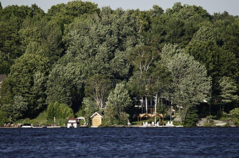 Litorale Del Lago Con I Cottage Fotografia Stock