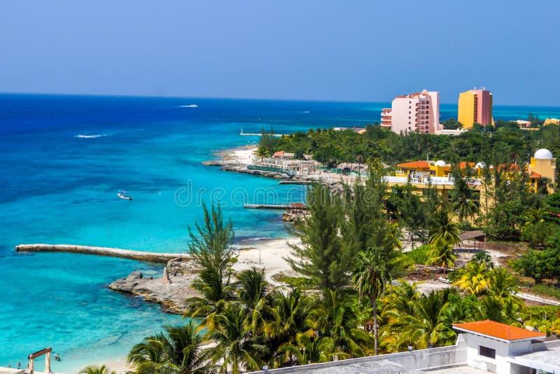 Litorale del punto delle località di soggiorno sull'isola dei Caraibi fotografie stock libere da diritti