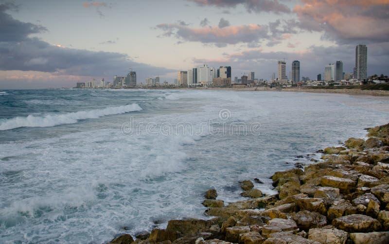 Litorale di mare di Tel Aviv alla sera fotografia stock libera da diritti