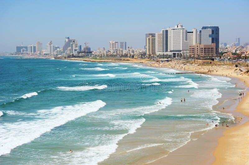 Litorale di mare e la vista di Tel Aviv alla sera fotografia stock