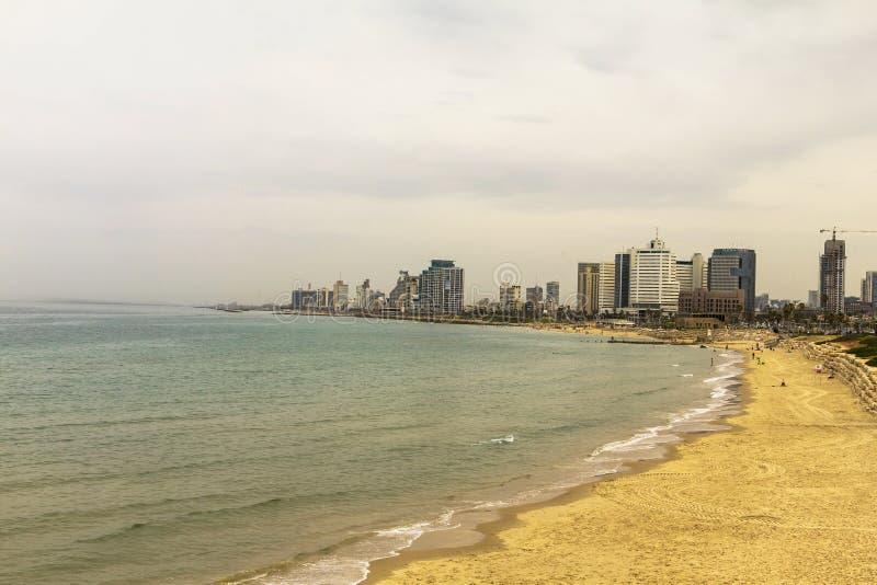 Litorale di mare e la vista di Tel Aviv da vecchio Jaffa alla sera immagine stock