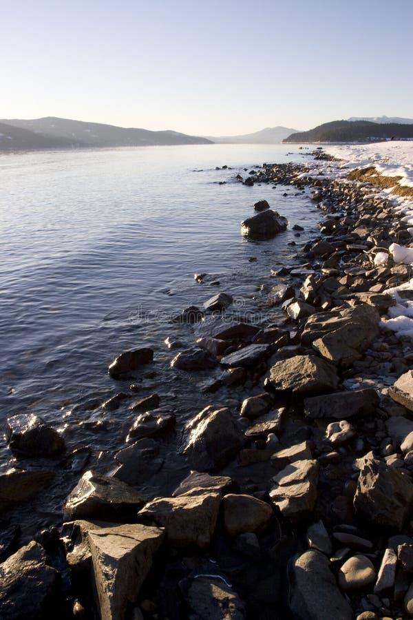 Litorale roccioso di inverno sul lago Pend Oreille Idaho fotografie stock