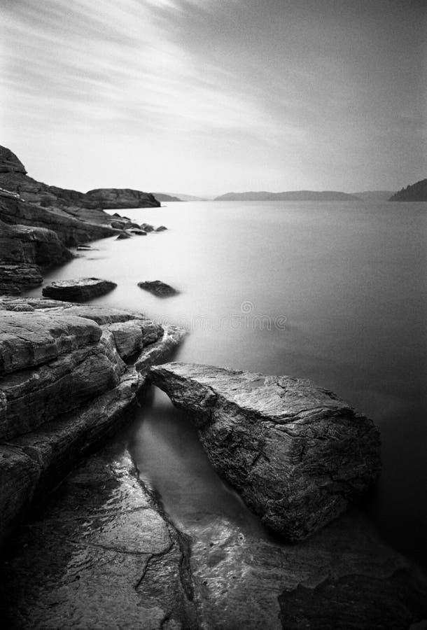 Litorale roccioso, esposizione lunga - girata con il film analogico immagini stock libere da diritti