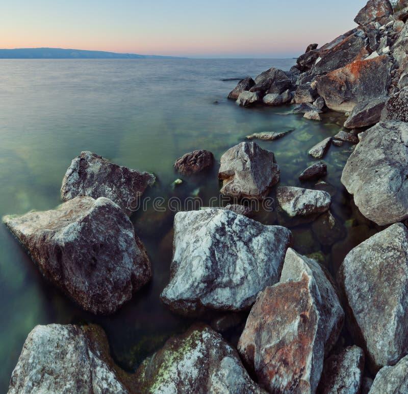 Litorale roccioso nel lago Baikal immagine stock libera da diritti