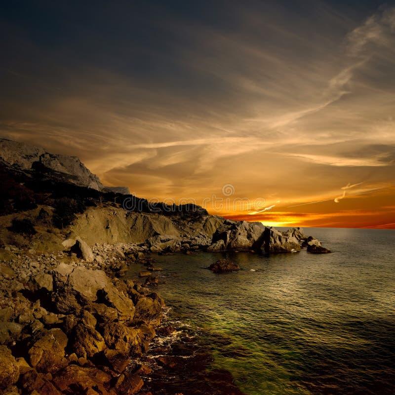 Litorale scuro di mare e della roccia immagini stock