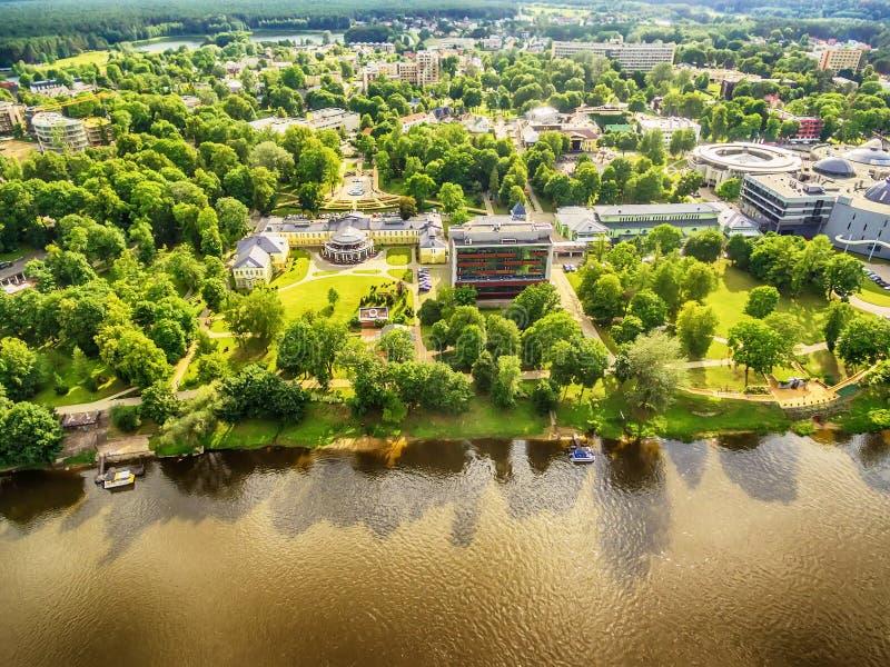 Litouwen, Baltische Staten: luchtuav mening van Druskininkai, een kuuroordstad over de Nemunas-rivier stock foto's