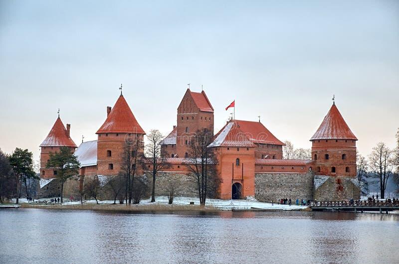 litouwen Trakaikasteel op Meer Galve in Litouwen 31 december, 2017 royalty-vrije stock afbeelding