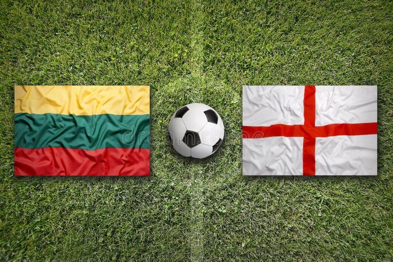 Litouwen versus De vlaggen van Engeland op voetbalgebied stock foto
